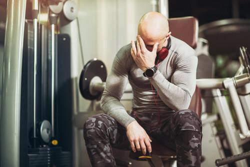 Cinco ejercicios que vemos a menudo en el gimnasio y que te traen más problemas que beneficios