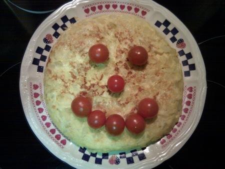 Cenas saludables para niños: tortilla de patata, cebolla y tomate
