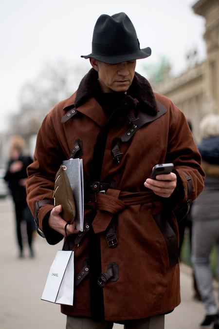 gabardina pelo y sombrero street style