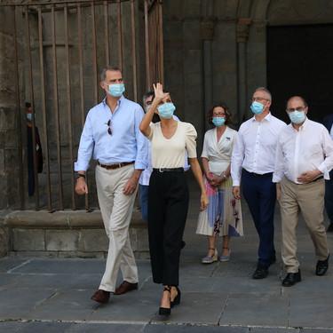 Doña Letizia opta por un look minimalista en blanco y negro con alpargatas de Castañer para visitar Jaca