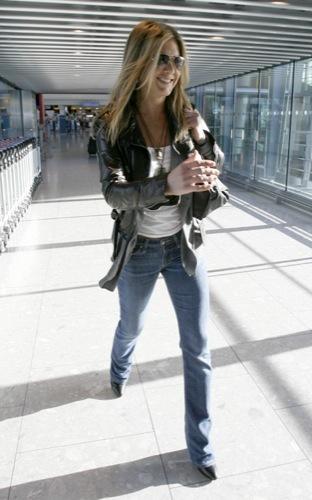 El look más cómodo para viajar estas Navidades, por Jennifer Aniston