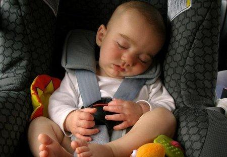 Los niños van más seguros en el asiento trasero del coche