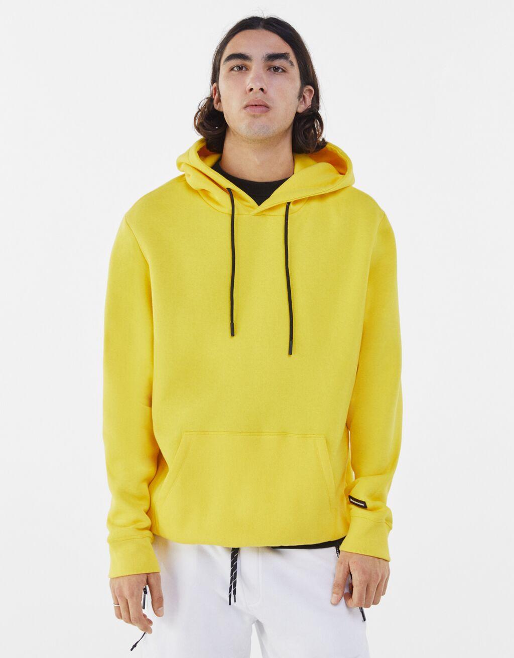 Sudadera color amarillo con capucha