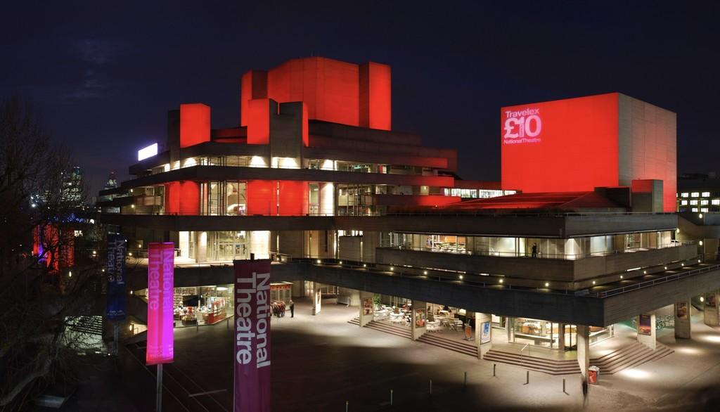 Estas gafas especiales del Teatro Nacional de Londres añaden subtítulos en directo a las obras de teatro