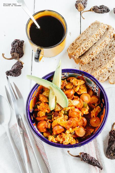 Huevos Revueltos Con Salchichas En Salsa De Chile Chipotle Receta De Desayuno