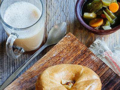 Bagel de huevos a la mexicana con queso, sopa de flor de calabaza y más en Directo al Paladar México