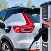 Cuando los esfuerzos por catapultar el coche eléctrico chocan contra la cruda realidad: unas tarifas de la luz por las nubes