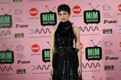 Cómo vestir de negro en Nochevieja sin aburrir: los premios del festival MIM series 2017 son la mejor inspiración