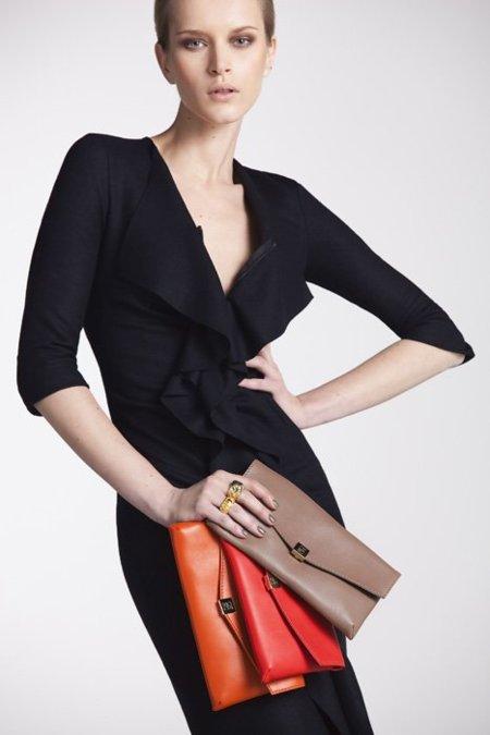 Carolina Herrera apuesta por los bolsos de color el próximo Invierno