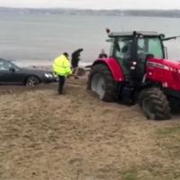 Atascas tu Bentley en la playa y queda atrapado hasta el tractor que viene a rescatarte (vídeo)