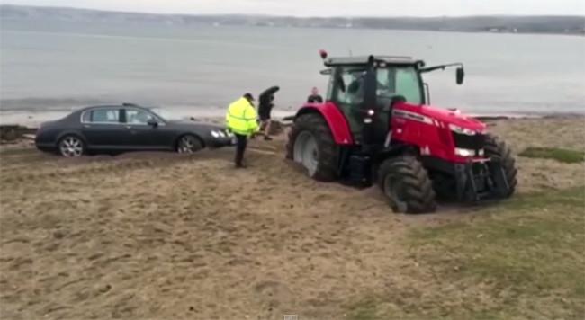 Atascas tu Bentley en la playa y se atasca hasta el tractor que viene a rescatarte (vídeo)