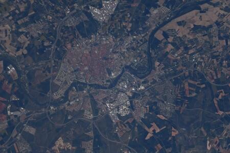 La policía de la paella se ceba con un astronauta por compartir una foto de Salamanca desde el espacio mentando al plato valenciano y no a la chanfaina