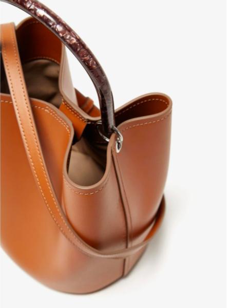 Este bolso de Adolfo Domínguez lo tiene todo: es de piel, pura tendencia y además está rebajadísimo en El Corte Inglés