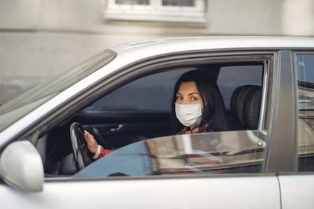 La mascarilla seguirá siendo igual de obligatoria en el coche durante la nueva normalidad, y la multa por no llevarla será de 100 euros
