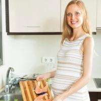Asocian el consumo de pescado en el embarazo con la obesidad infantil