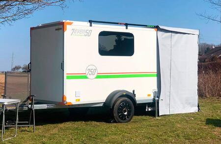 Esta minicaravana puede remolcarse con el carnet de coche, cuesta 12.600 euros y lo tiene todo para disfrutar al aire libre