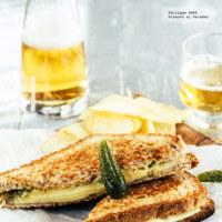 Sándwich caliente de queso emmental con dip de mostaza. Receta fácil