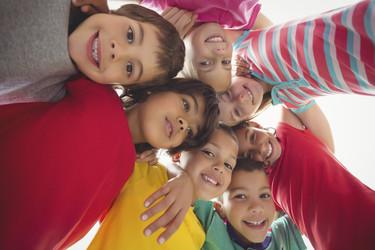 En una escuela de Australia prohíben a los niños abrazarse