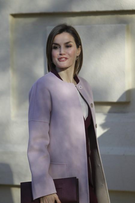 Doña Letizia tira de fondo de armario para su look de ejecutiva