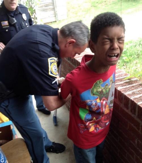 Llama a la policía para asustar a su hijo de 10 años con una falsa detención porque se estaba portando mal