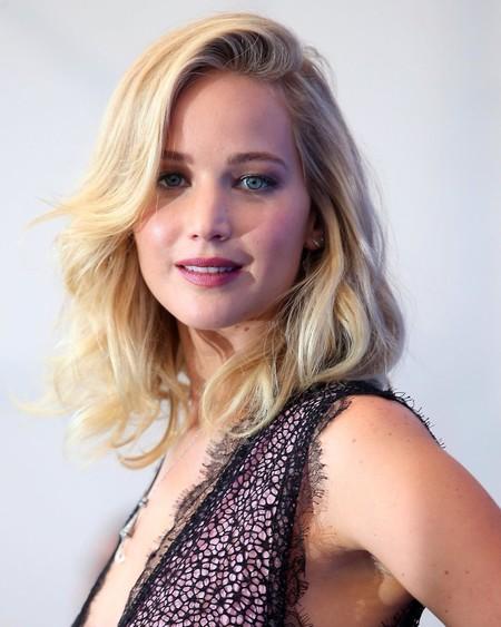 Jennifer Lawrence lo apuesta todo al encaje y posa con Javier Bardem y Michelle Pfeiffer en Venecia