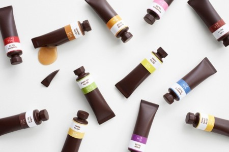 Pinturas parecen, chocolates son... preciosa caja de bombones by Nendo