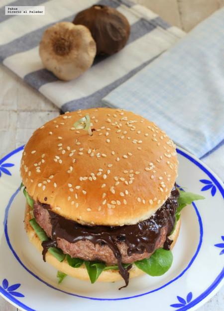 hamburguesa de buey con salsa de ajo negro