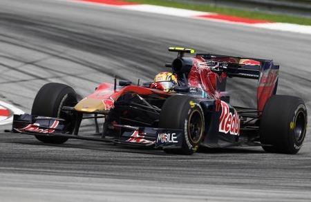 Primer plano de Jaime Alguersuari y Toro Rosso STR5 en GP de Malasia 2010