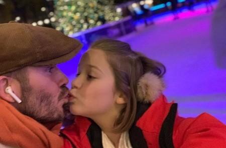 David Beckham es fuertemente criticado de nuevo, al publicar una foto besando a su hija de siete años