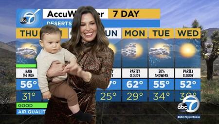 El tierno vídeo en que un bebé interrumpe a su madre mientras informa del tiempo en directo en televisión y ella le coge en brazos