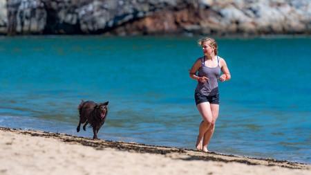 Los beneficios de dar un paseo a la orilla del mar este verano