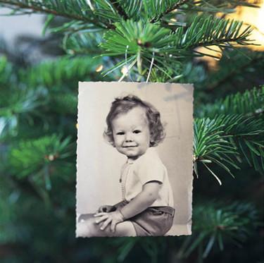 Decora el árbol de Navidad con fotos familiares