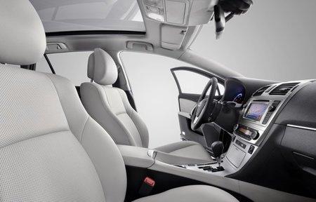 Toyota-Avensis-2012-interior-04