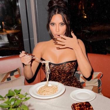 Kim Kardashian o cómo conjuntar al máximo su outfit de verano: con la manicura incluida