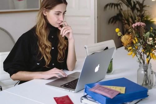 12 mesas y sillas de oficina en Amazon  para montarte tu despacho en casa por poco dinero