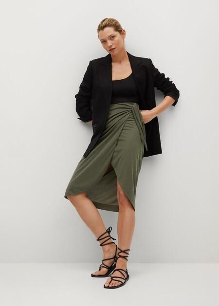 https://www.trendencias.com/street-style/street-style-demuestra-que-falda-negra-tubo-salvavidas-armario-dia-como-noche-estas-zara-nos-encantan
