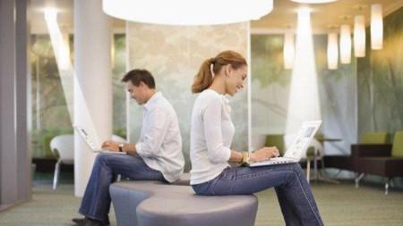 LiFi, probamos la tecnología que quiere desbancar al WiFi usando la luz para transmitir datos