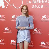 Emma Stone se une a la tendencias del delineado de colores en el Festival de Venecia 2018