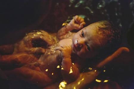 Desaconsejan el parto en el agua por riesgo para la salud de los recién nacidos
