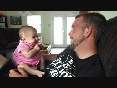 """El bebé de dos meses que dice """"te quiero"""""""