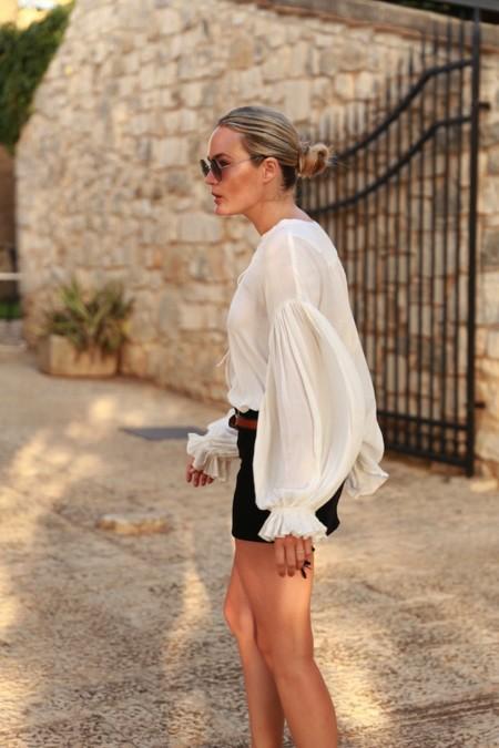 La prenda estrella de la semana: una blusa blanca y vaporosa