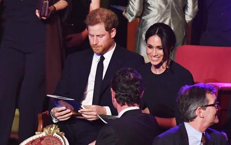 Meghan Markle también copia a la Reina Doña Letizia, así es el vestido-capa que tantos éxitos está causando en las Casas Reales