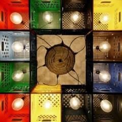 una-lampara-con-cajas-de-plastico