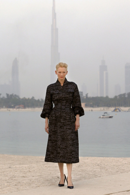 Tilda Swinton Chanel crucero look