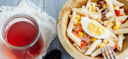 Ensalada de pasta con huevo y verduras. Receta de ensalada