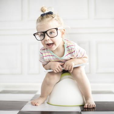No es cierto que en verano los niños deban dejar el pañal: señales que te indicarán si está preparado
