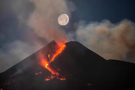 Runner Up Moon Over Mount Etna South East Crater C Dario Giannobile