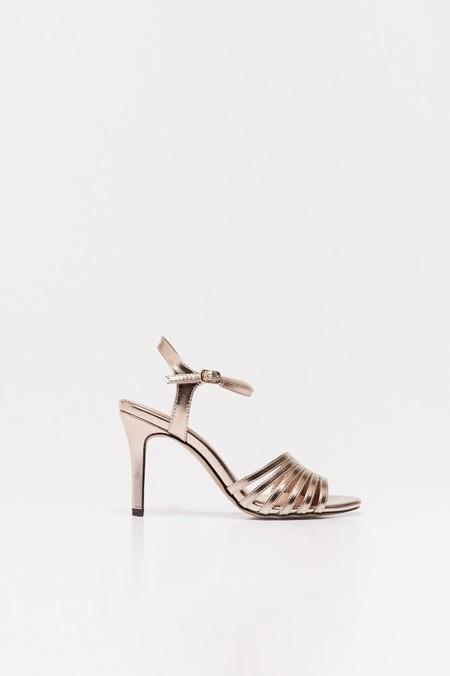 sandalia tacón metalizada