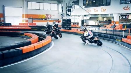 Offlimits supermotard en el circuito indoor Top Fuel Racing