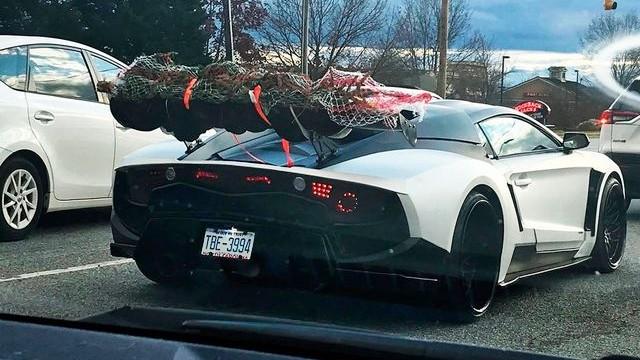 Cuando la Navidad supera a la ficción y sólo tienes un coche deportivo para cargar el abeto 1366_2000